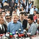 Media talk outside Supreme Court before #PanamaCase verdic