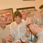 بنی گالہ: چیرمین عمران خان پانامہ فیصلہ کے بعد بنی گالہ میں مٹھائی کھاتےہوئے