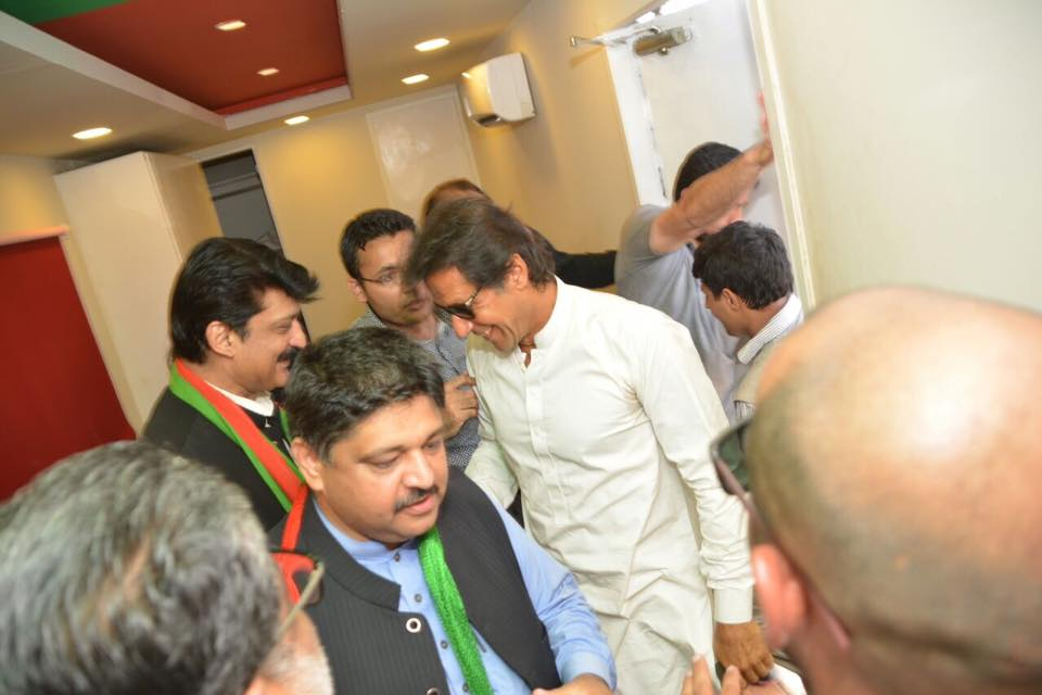Dr Shahzad Waseem receiving chairman PTI Imran Khan inside Ehtisab container for Pakistan Ehtesab March rally.